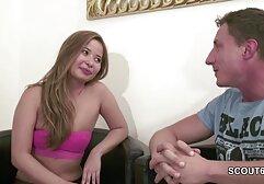Mujer en porno clasico en castellano pantalones lentamente, suavemente haciendo mamada