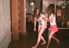 Kristinka clasico porno español se desnuda en la cocina para jugar desnuda